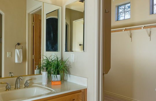 ensuite-full-bath-and-large-walk-in-closet