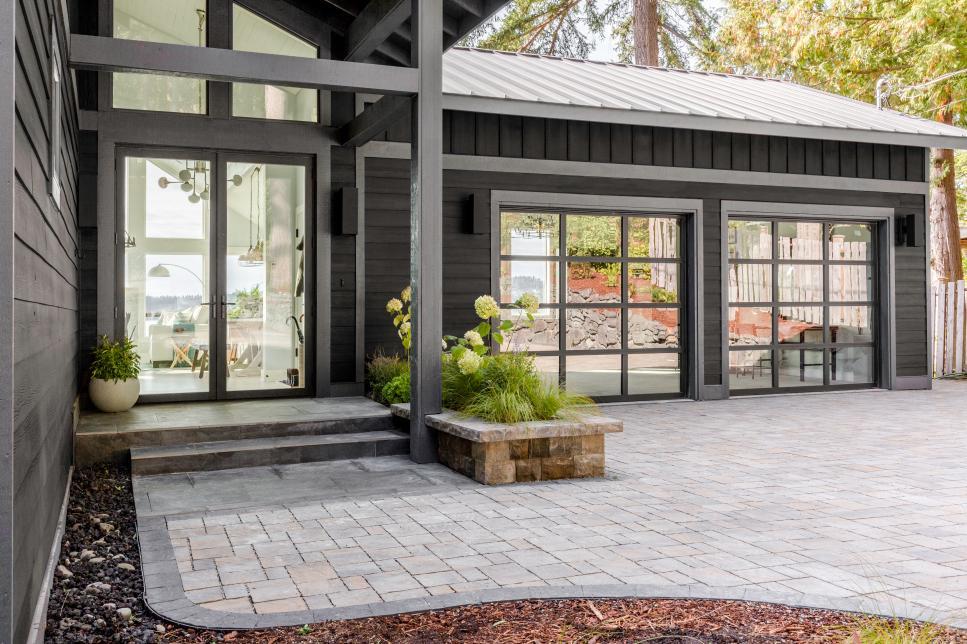 2018-hgtv-dream-home-front-door-garage