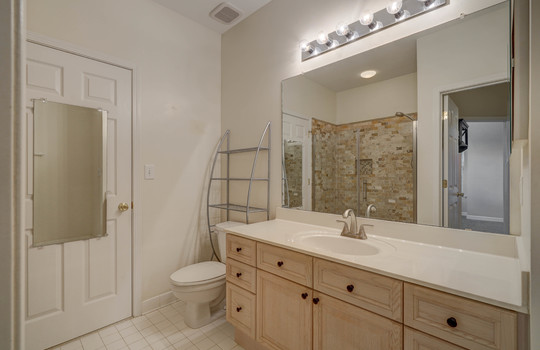 921 Northeast Dr 26 bathroom2-1