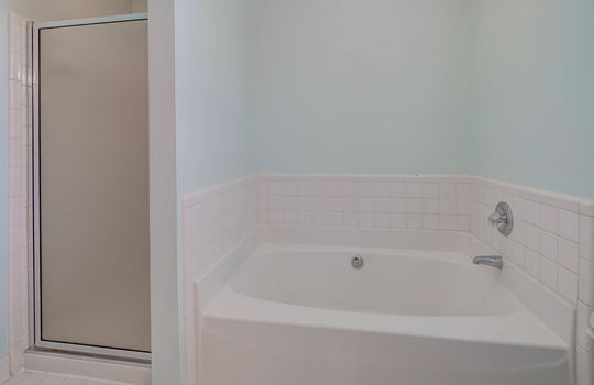 921 Northeast Dr 26 master bath2
