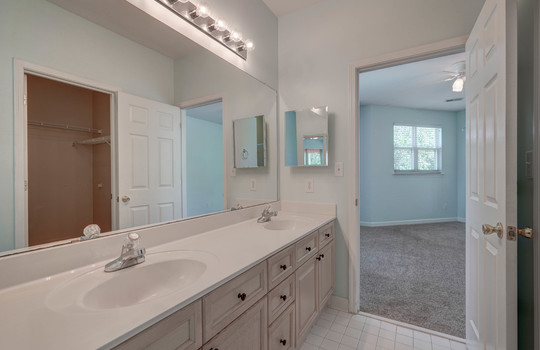 921 Northeast Dr 26 master bath3