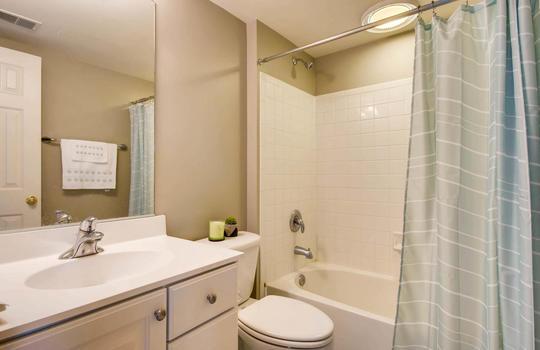 506-Pond-View-Ln-Cockeysville-large-021-10-2nd-Floor-Bathroom-1500×1000-72dpi