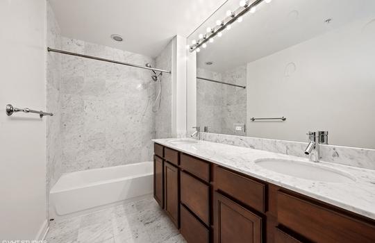 07_1629SPrairieAve_1710_323_Bathroom_HiRes